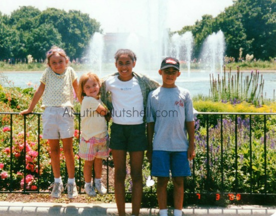 vacation-kids-by-fountain